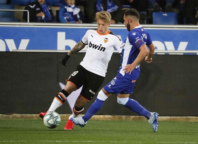 El centrocampista danés del Valencia CF, Daniel Wass, disputa un balón con Luis Rioja, delantero español del Deportivo Alavés. EFE/Archivo