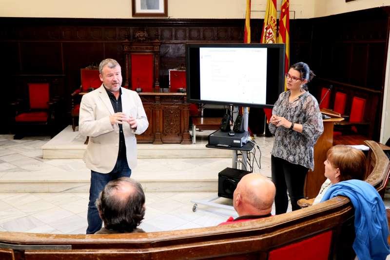 Quico Fernández y Teresa García con vecinos del Grau Vell.