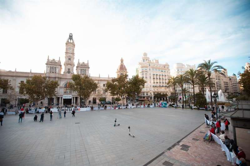 Cadena humana de Pobresa Zero en la plaza del Ayuntamiento de València para pedir la erradicación de la pobreza. EFE/Pobresa Zero