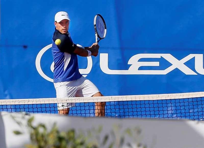 El tenista castellonense Roberto Bautista golpea la bola en un partido. EFE