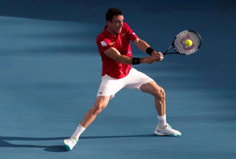 El tenista castellonense Roberto Bautista en acción contra Kimmer Coppejans, de Bélgica, en los cuartos de final de la Copa ATP en el Ken Rosewall Arena de Sydney, New South Wales, Australia. EFE