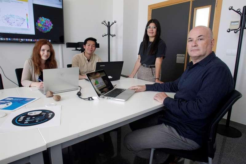 El profesor Adriano Campo (d) coordina el grupo de trabajo de la Universidad de Alicante. EFE/Morell.