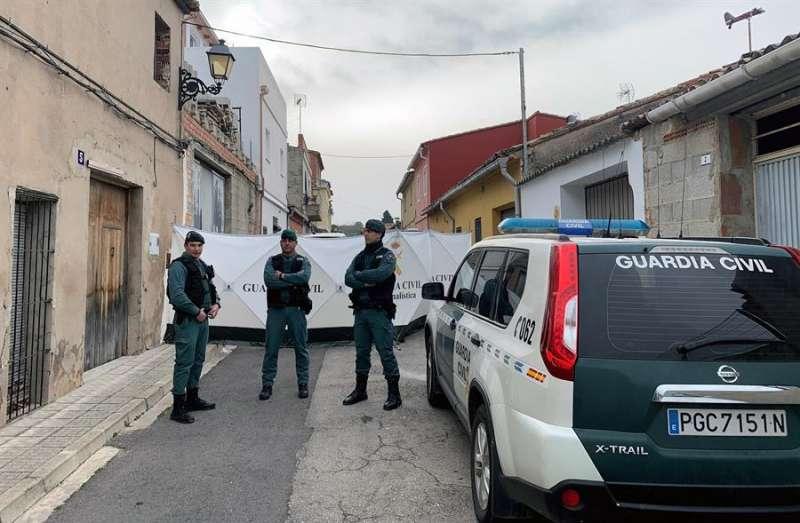 La Guardia Civil en una inspección de la vivienda de Manuel en la que el detenido por la muerte de Marta Calvo supuestamente la descuartizó. EFE