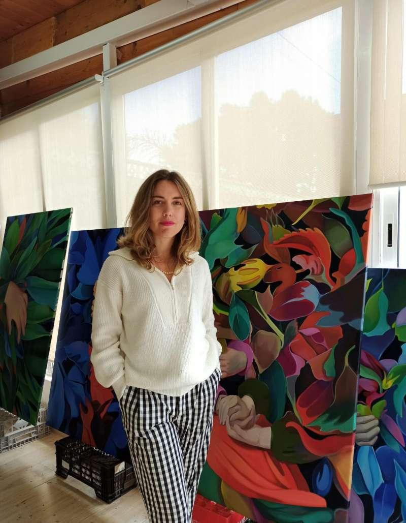 La artista posa con algunas de sus creaciones. / EPDA