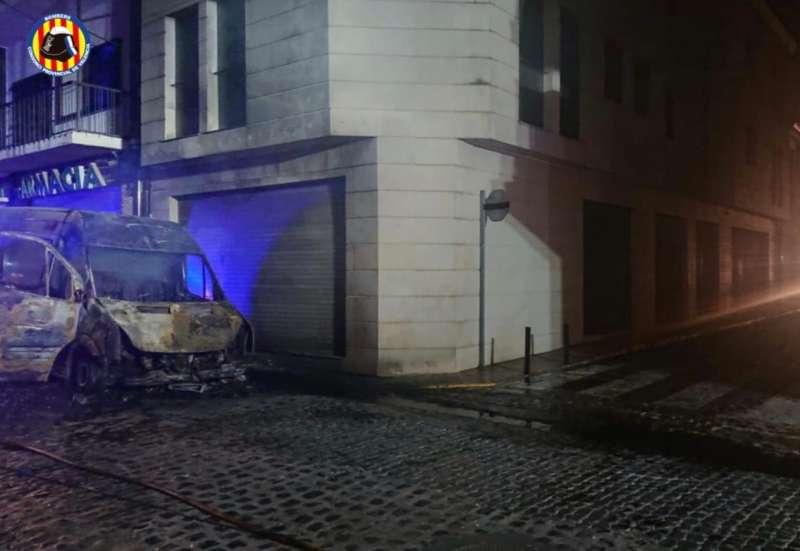 Uno de los vehículos incendiados en Catarroja. EPDA