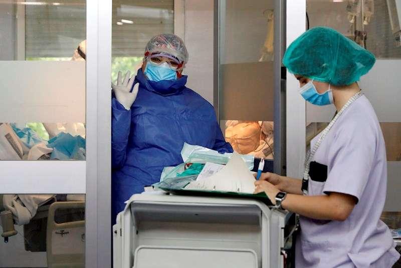Personal sanitario de la UCI del hospital Clínico de Valencia. EFE