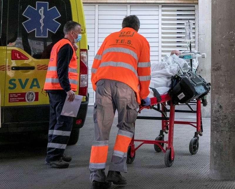Personal sanitario lleva a un paciente a las urgencias. EFE/Javier Cebollada/Archivo