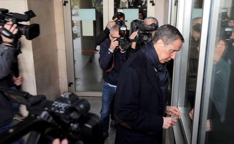 El expresidente de la Generalitat Eduardo Zaplana en una de sus visitas a la oficina de presentaciones del juzgado de guardia de Valéncia para firmar su libertad condicional. EFE/Manuel Bruque/Archivo
