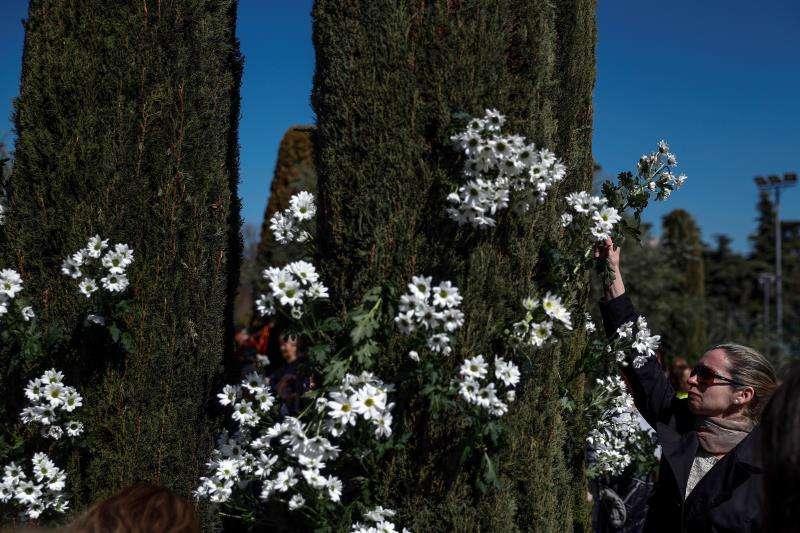 Una persona coloca flores durante un acto de recuerdo a los 193 fallecidos en los atentados del 11M. EFE