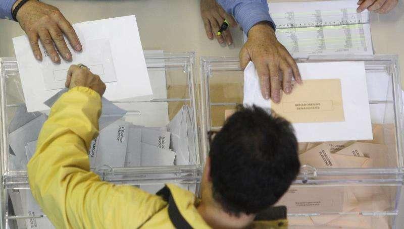 Una persona votando. EFE