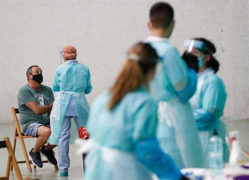 Imagen de archivo de la realización de pruebas de coronavirus./ EPDA