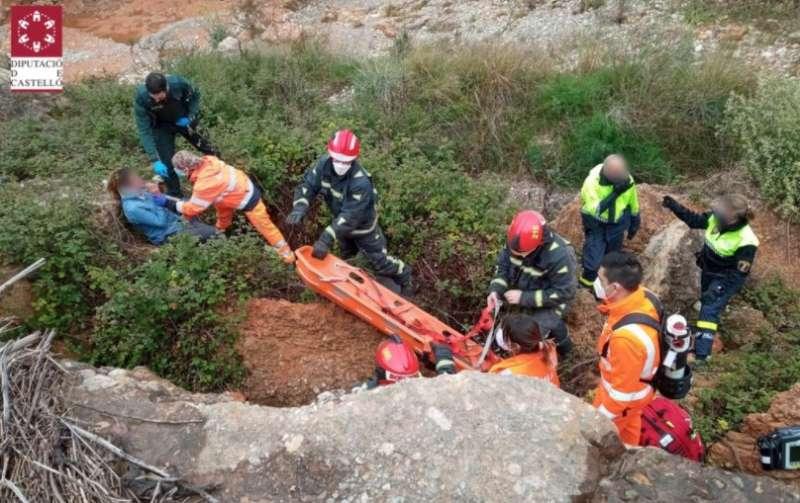 El equipo de rescate socorriendo a la mujer afectada.