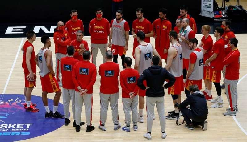 El entrenador de la selección española de baloncesto Sergio Scariolo dialoga con sus jugadores, este viernes, durante el entrenamiento previo al partido. EFE/Miguel Ángel Polo