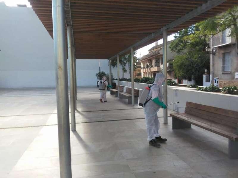 Desinfecció del mobiliari urbà de Serra. / EPDA