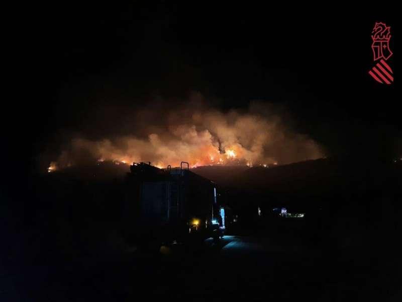 Imagen publicada en Twitter por el 112 Comunitat Valenciana del incendio en la Vall de la Gallinera durante esta madrugada. EFE