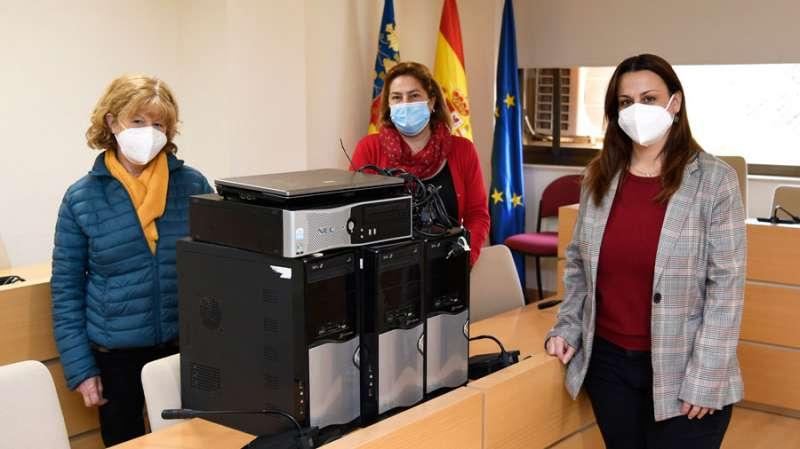 La regidora amb dos representants del municipi. EPDA
