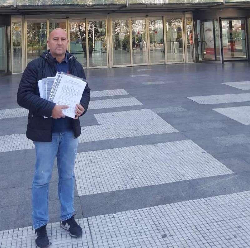 Paco Gómez, ante la Ciudad de la Justicia. EPDA
