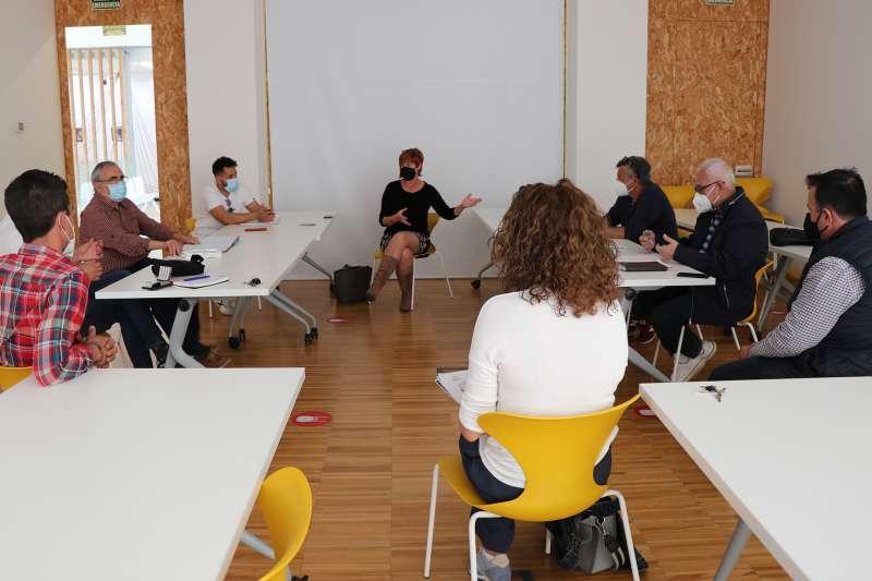 Reunión de Asun Moll con los representantes de las Federaciones de Peñas de Sagunto y Puerto de Sagunto.