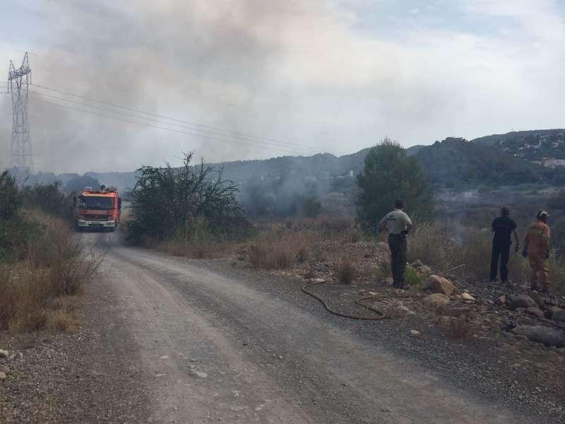 Los bomberos sofocando el incendio en el cauce del río Palància. EPDA