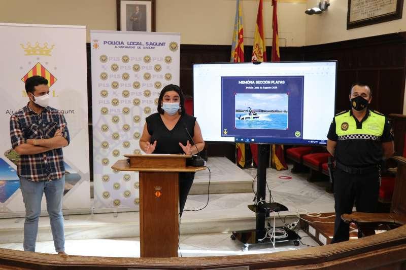 Antonino en la explicación del balance de playas junto al alcalde de Sagunto. EPDA