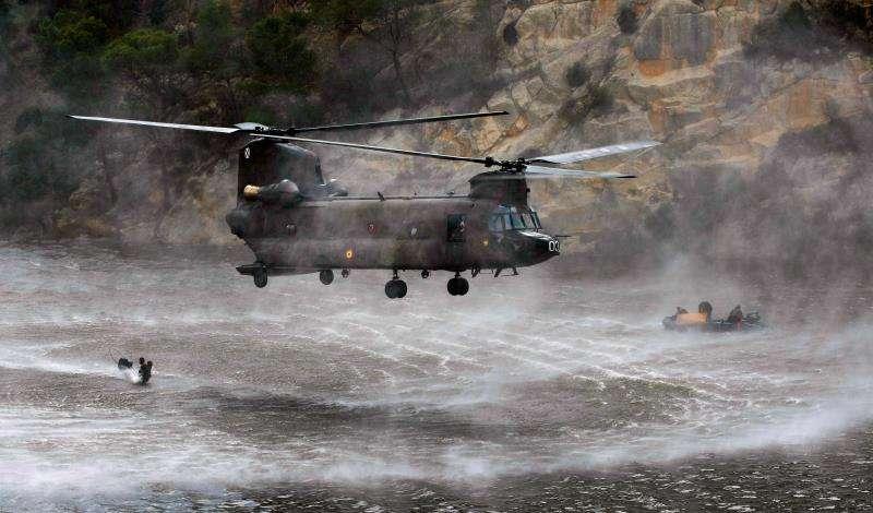 Efectivos del MOE del Ejército de Tierra realizan un ensayo de saltos al pantano de Tibi desde un helicóptero