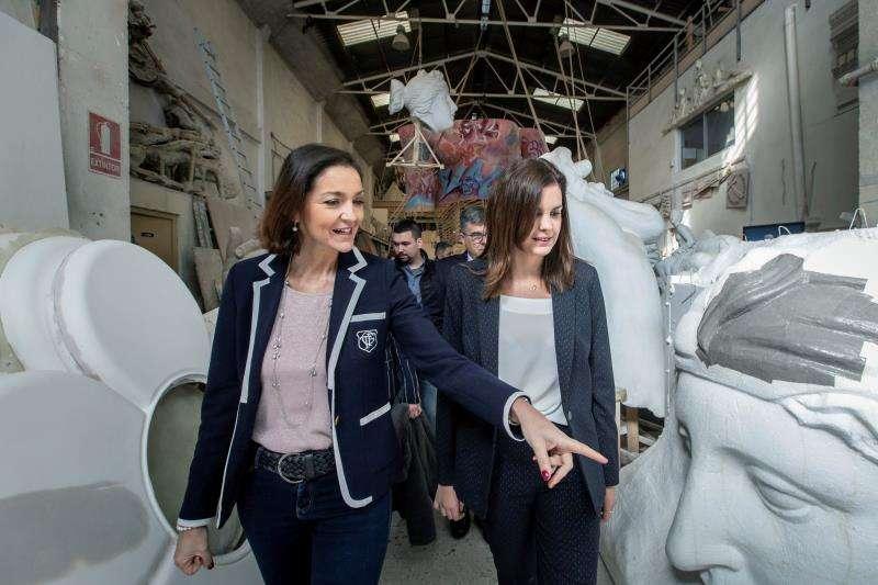 La ministra de Industria, Comercio y Turismo, Reyes Maroto, visita la Ciudad del Artista Fallero junto a la candidata socialista a la alcaldía de València, Sandra Gómez. EFE