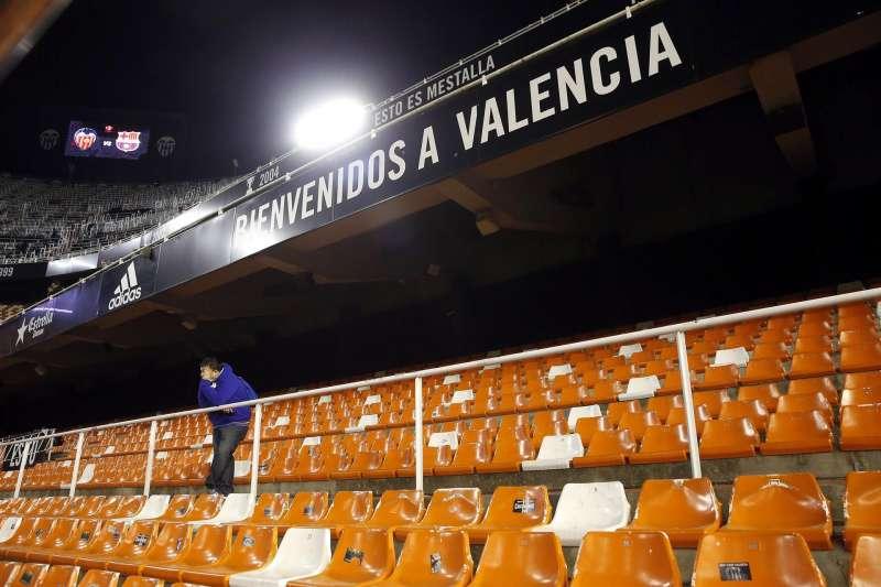 Vista general del estadio de Mestalla sin público en las gradas.