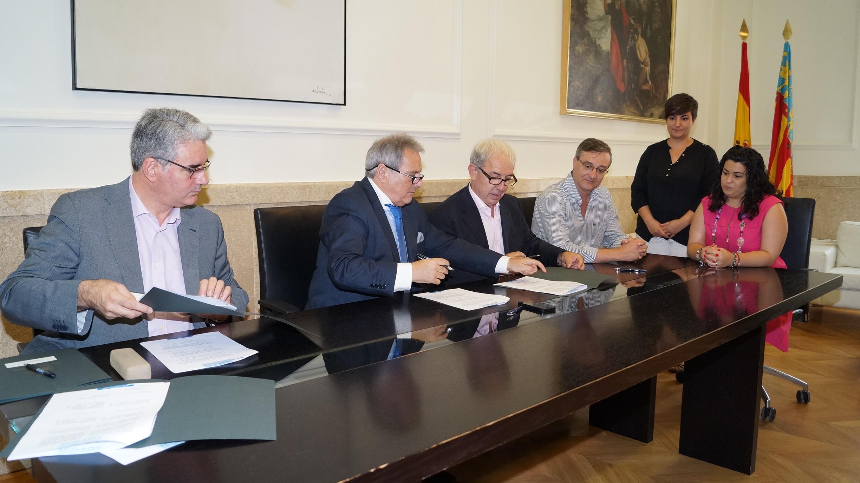 Durante la firma del convenio. FOTO: DIVAL
