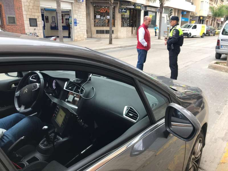 El alcalde conversa con un agente local. EPDA