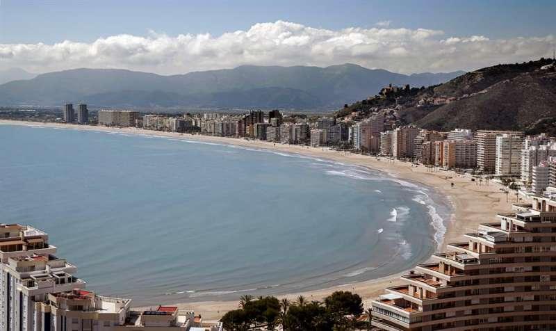 Vista de una desierta playa de la turística localidad valenciana de Cullera, en una Semana Santa de confinamiento por el estado de alarma. EFE/Manuel Bruque/Archivo