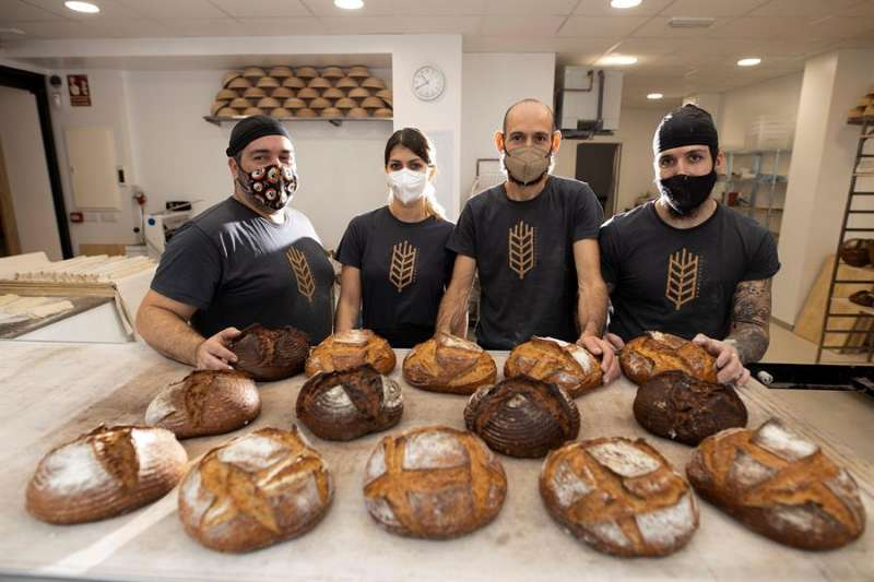 Imagen del equipo de BROD, obrador de pan de alta calidad, en su local de Castellón. EFE/Domenech Castelló