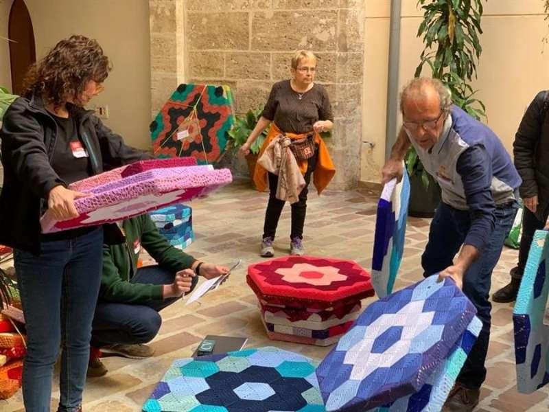 Varias piezas de lana tejidas han llegado ya a la sede de la Vicepresidencia de la Generalitat. EFE