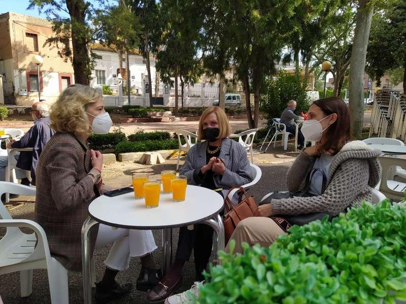 Tomando zumo de naranja en Bétera. EPDA.