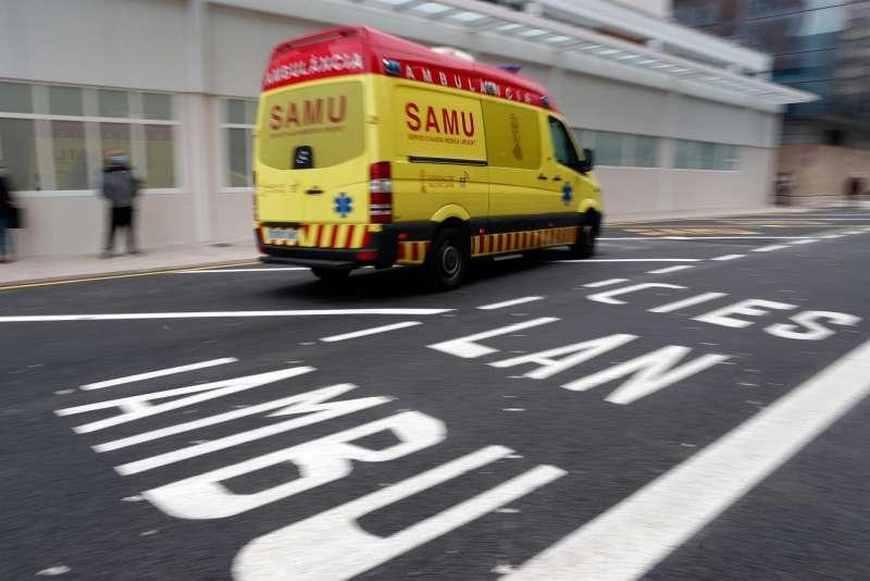 Una ambulancia del SAMU a su llegada a un centro sanitario.