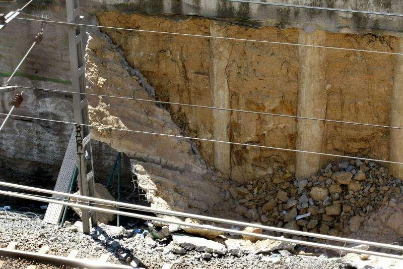 Imagen de archivo de un muro derrumbado. EFE/Archivo