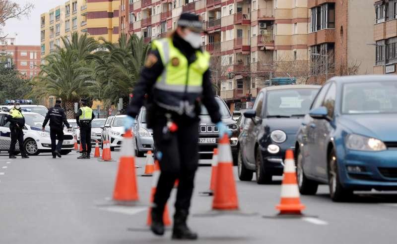 Agentes de la Policia Local realizan un control en València. EFE
