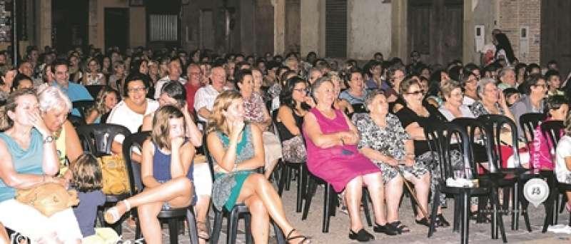 Els veïns de Massalfassar durant una representació teatral en una edició anterior de les festes. EPDA