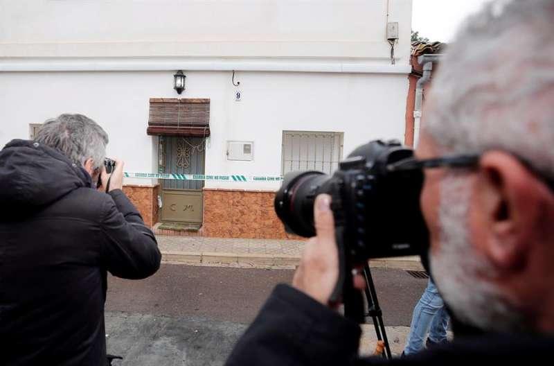 Fotógrafos ante la casa del encarcelado por la desaparición de Marta Calvo, Jorge Ignacio P.J., en una imagen reciente. EFE/Manuel Bruque