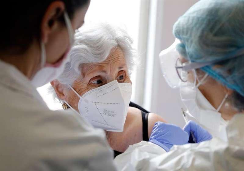 Imagen de archivo de una persona mayor dependiente cuando recibía la vacuna anticovid en un centro de día de València. EFE/Juan Carlos Cárdenas