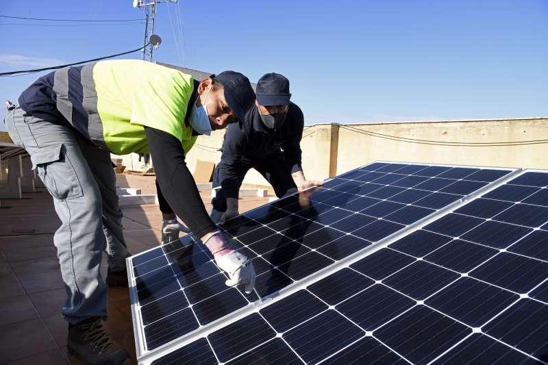 Operarios instalando placas solares