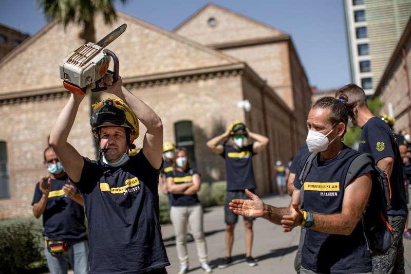 Bomberos forestales de la Generalitat se concentran durante una jornada de huelga.