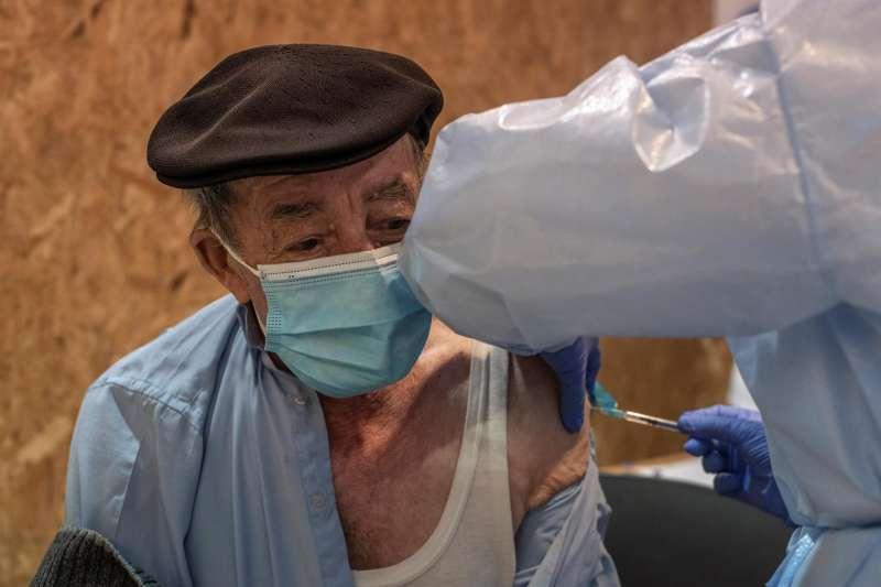 Un hombre recibe una vacuna contra el coronavirus en Expourense en Ourense.