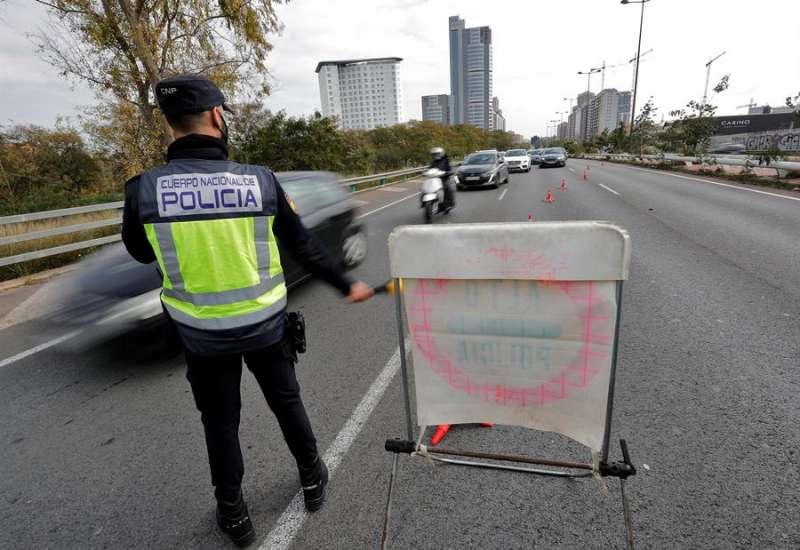 Un agente de la Policía Nacional en uno de los controles anticovid establecidos en la Comunitat Valenciana.