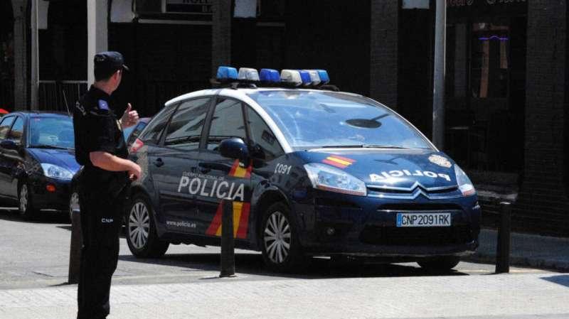 Vehículo y agente de la Policía Nacional.EPDA