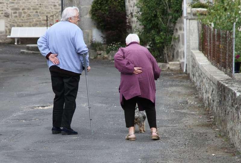 Dos personas mayores en un pueblo. EPDA