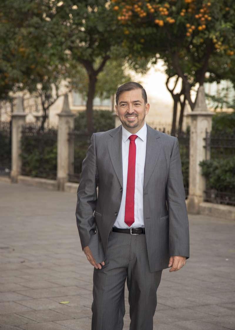 Pere Valenciano, junto al Palau de la Generalitat. FOTO ELVIRA FOLGUERÀ
