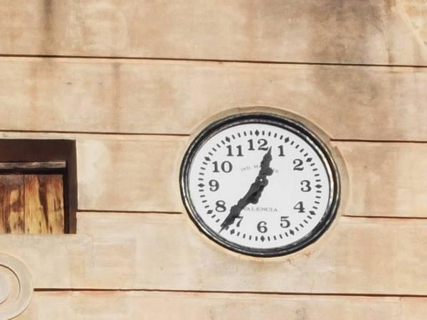 Imagen de la esfera del reloj municipal de Quartell. EPDA