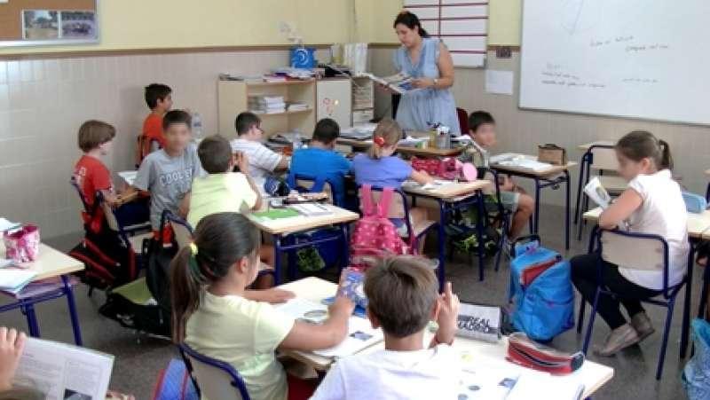 Una profesora con sus alumnos. / EPDA