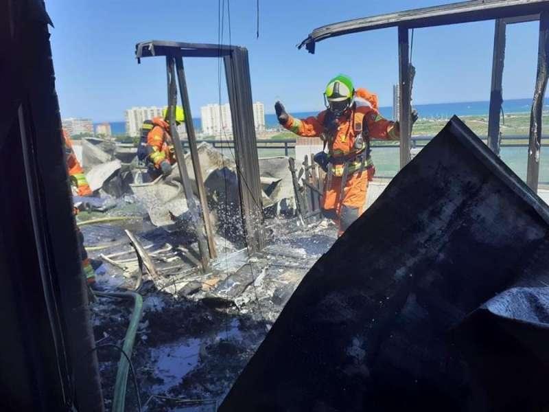 Fotografía facilitada por el Consorcio de Bomberos del ático incendiado en Cullera.