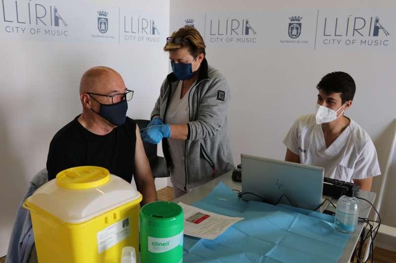 Vecinos de Llíria vacunándose. EPDA.